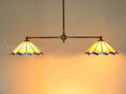 Acanthus Duo, een lamp met twee Tiffany lampen bedoeld om een lange tafel te belichten.