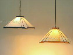 De Carré een 41 cm. vierkante Tiffany hanglamp van Rose Design kan zowel met een ketting of een verstelbare stang uitgevoerd worden.