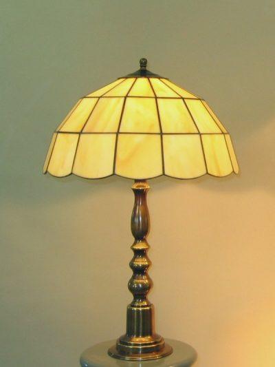 Globe, een Rose design Tiffany lamp die als hang of tafellamp gebruikt kan worden, hier als tafellamp.