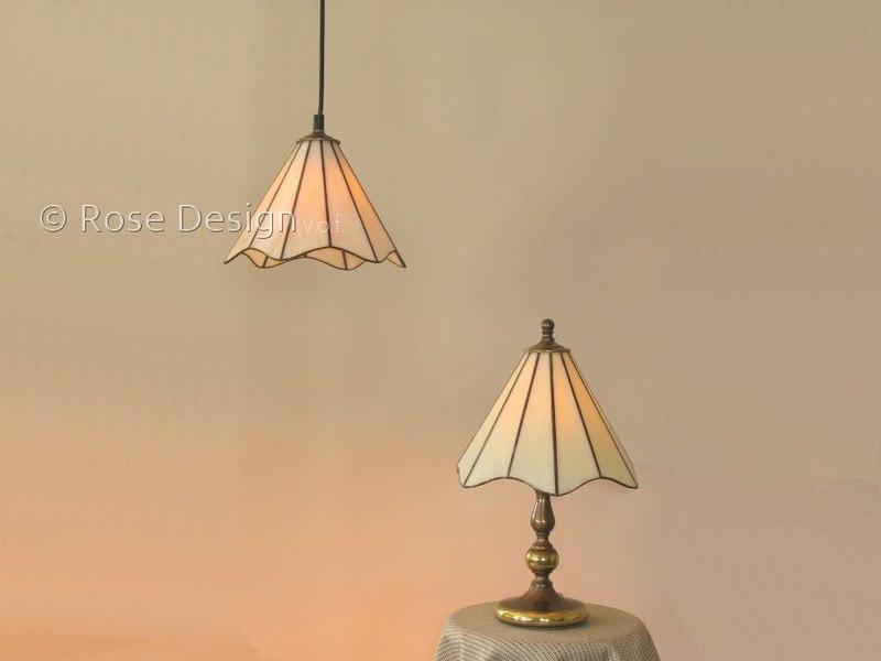 Lelie een kleine 22 cm. diameter Tiffany lamp van Rose design.