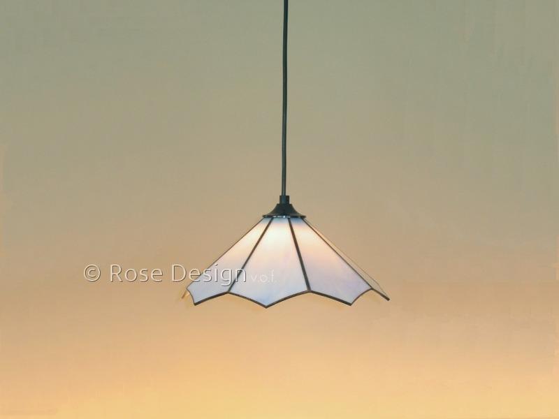 Lotus een kleine Tiffany hanglamp van Rose design met een snoer ophanging.