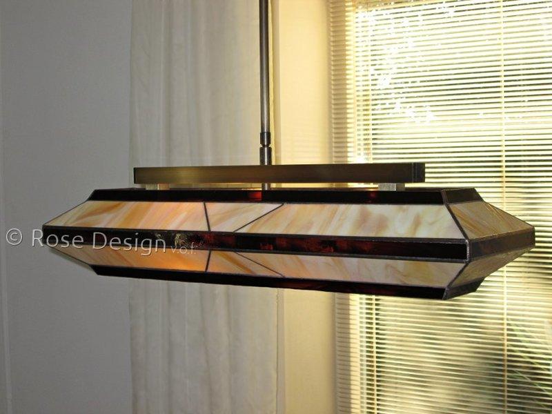 Silhouette 69 cm. een Rose Design Tiffany hanglamp met een enkele verstelbare stang ophanging.